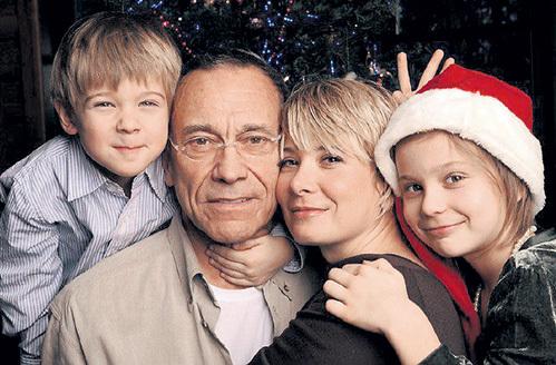 Андрей КОНЧАЛОВСКИЙ и Юлия ВЫСОЦКАЯ с детьми Петей и Машей. Фото: Fb.com