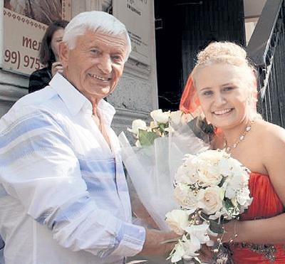 ...спустя годы девочки горе-папашу простили. Ксения даже на свадьбу позвала. Фото: Fb.com