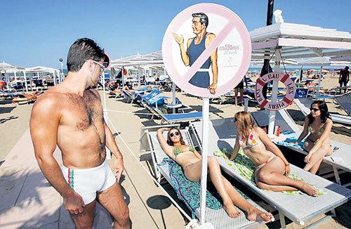 Чтобы дикие турецкие мужики не набрасывались на отдыхающих женщин, на многих курортах страны появились зоны, куда местным ловеласам доступ запрещён