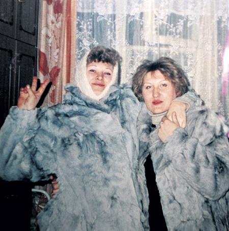 Мама (справа) и тётя звезды теперь стали врагами