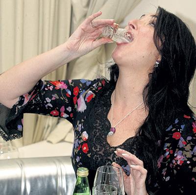 оргия найти фото про пьяных певиц разумеется