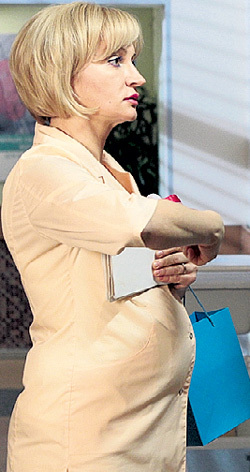 Беременность героини ЯКУНИНОЙ демонстрирует накладной резиновый животик
