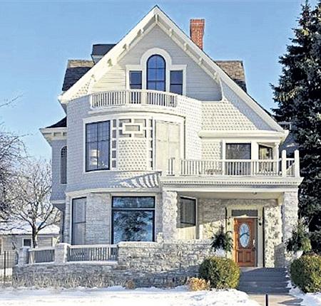 В доме Джоша ХАРТНЕТТА в Миннесоте пять спален, тренажёрный зал, гараж на четыре автомобиля и винный погреб