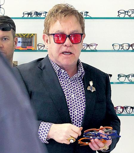 Сэр Элтон минимум 685 лет может каждый день надевать новые очки