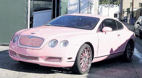 Розовый «bentley» светской львицы украшен кристаллами Сваровски, но её любимый автомобиль - «Lexus LFA» за $375 тыс.