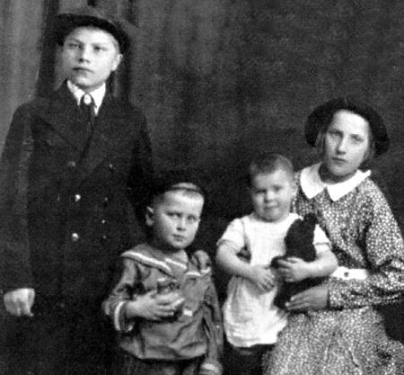Ещё все вместе: Петя, Вася, Ниночка и Маруся ГОРДЕЕВЫ (Москва, 1938 год)