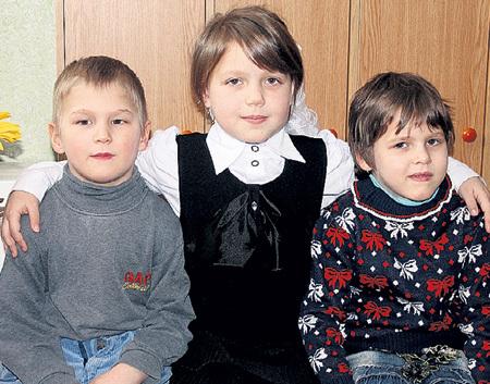 Школьница-героиня (в центре) с братом Лёшей и сестрёнкой Машей