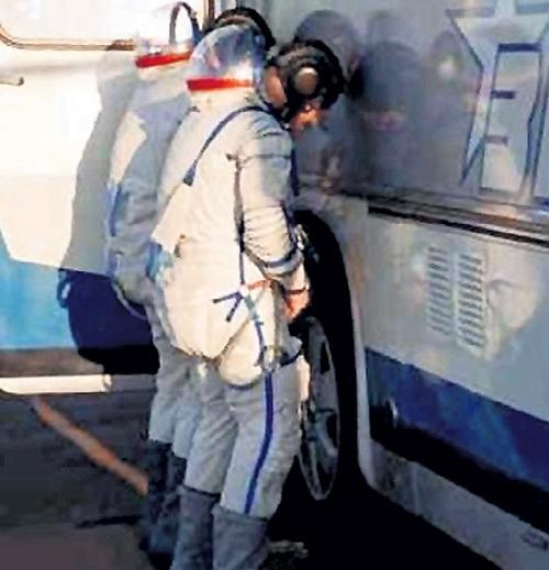 У наших космонавтов есть традиция: перед полётом на удачу писать на колесо автобуса. Фото: yaplakal.com