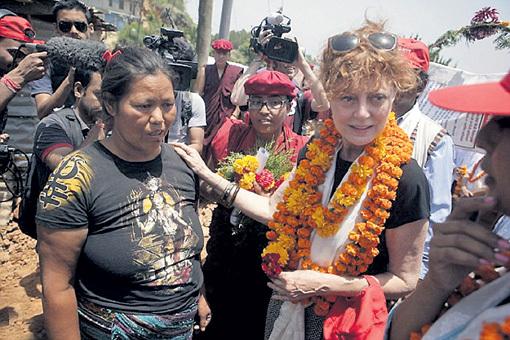 В Катманду Сьюзан (справа) пообещала местным жителям помощь звёзд Голливуда