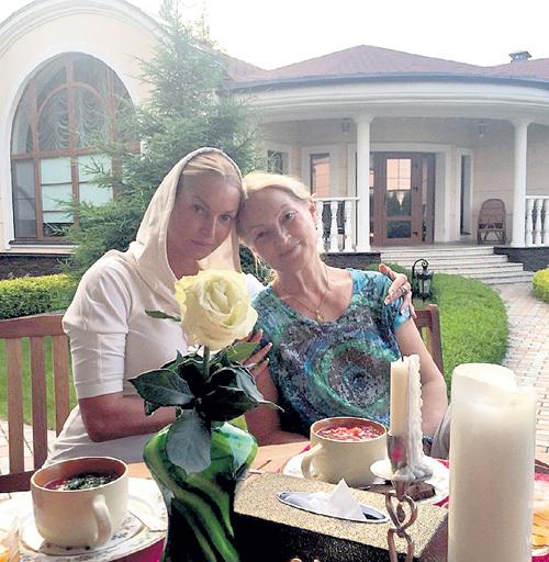 В жару Настя любит похлебать с мамой Тамарой окрошку на террасе перед гостевым домиком