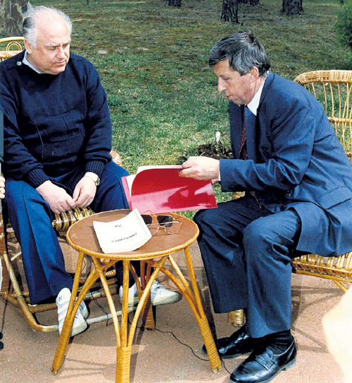 Валентин СЕРГЕЕВ (справа) точно знал, когда подсунуть письма с обоснованием приватизации на подпись шефу - Виктору ЧЕРНОМЫРДИНУ