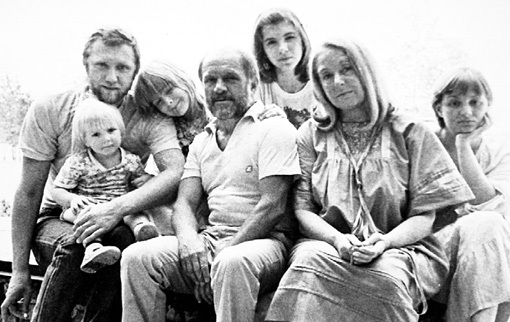 Семья - самое дорогое, что было в жизни великого актёра. На фото ДУРОВ с женой Ириной КИРИЧЕНКО, дочкой Екатериной (справа), зятем Владимиром, его сестрой Еленой (посредине) и внуками - Ванечкой и Катюшей (слева)