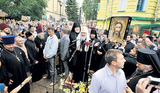 До майдана предстоятеля Русской православной церкви в Киеве встречали тысячи людей. Рискнут ли все они теперь выйти на молебен - не известно