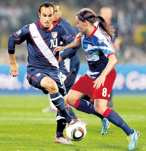 Играя в одной команде с девушками, футболисты-мужчины наверняка задумаются о своём поведении на поле
