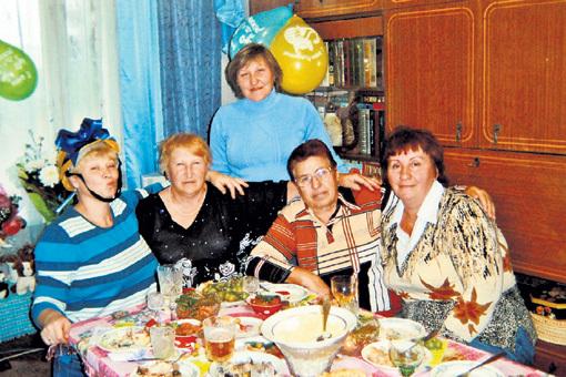 Галина ХАНОВА, из-за квартиры которой начался весь сыр-бор, в окружении подруг (позже свидетельствовавших в суде на стороне ПУСТЫННИКОВОЙ) и дочерей (Татьяна рядом с ней в шляпке с бантиком, Ирина - в голубой водолазке)