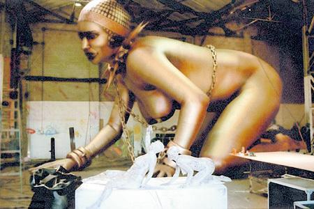 Гигантская женщина стала украшением сцены во время тура «The Rolling Stones» 1997 года «Bridges to Babylon»