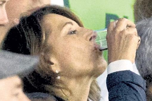 ...что благодаря дочери Кейт ей теперь можно пить где угодно...
