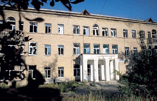 Разрушенную во время обстрелов школу учителя и родители восстанавливали без помощи государства