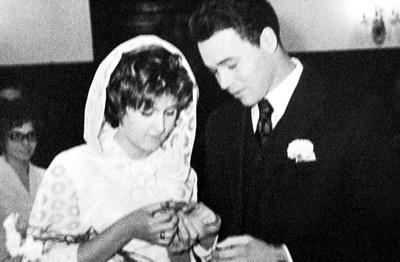 На свадьбу Михаила и Тамары, которую отмечали  в Зеркальном зале ресторана «Прага», собралось больше ста гостей (1973 г.)