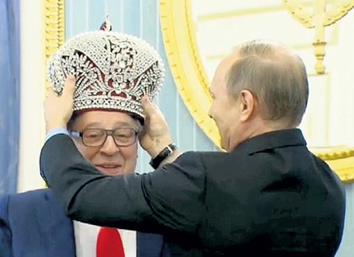 ПУТИН отказался примерить корону и надел её на голову юбиляру. Фото: Первый канал
