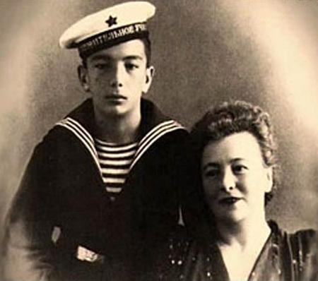 Курсант ПРИМАКОВ с мамой Фанни Яковлевной. Фото из личного архива Евгения АРИМАНОВА