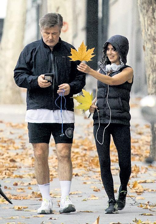 Пробежка по парку Буэн-Ретиро далась актёру нелегко. В награду за героизм Илария преподнесла мужу кленовый лист