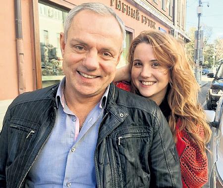 Рядом с украинкой Ирочкой актёр светится от счастья... Фото: Facebook.com