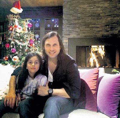 Дома Саша из распущенного Артура Пирожкова превращается в заботливого папу. Фото: Instagram.com