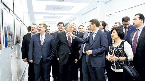 Президент банка «Югра» Алексей НЕФЕДОВ и сопредседатель оргкомитета Первых Всемирных игр Отари АРШБА провели для депутатов экскурсию по выставке
