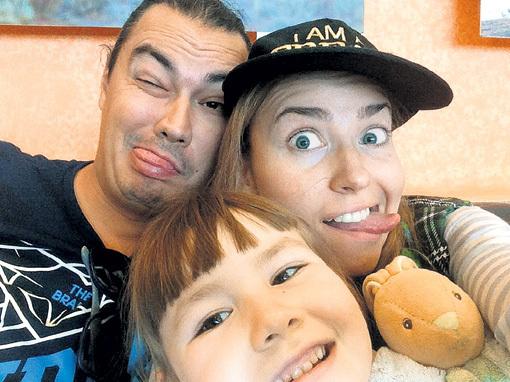 Весёлая семейка: папа Андрей (он же - Жора), мама Юля и дочка Вера. Фото: Facebook.com