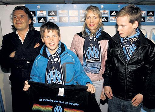 Маргарита с детьми и президентом клуба «Марсель» Венсаном ЛАБРЮНОМ. Фото: © Reuters