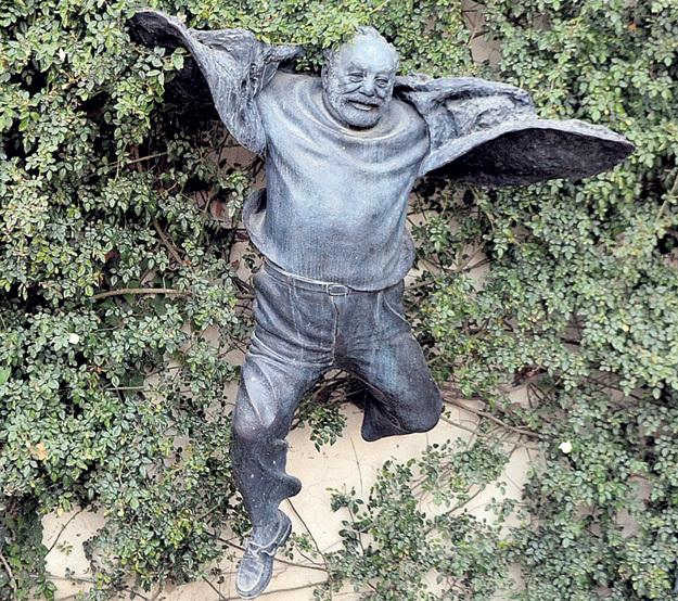 Памятник Сергею ПАРАДЖАНОВУ создан по фотографии, на которой он бежит вприпрыжку по улочкам Тбилиси