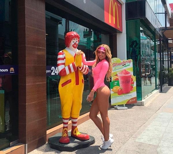 Екатерина Усманова отгоняет людей от Макдоналдса, главный аргумент – ее фигура! instagram.com/usmanovakate