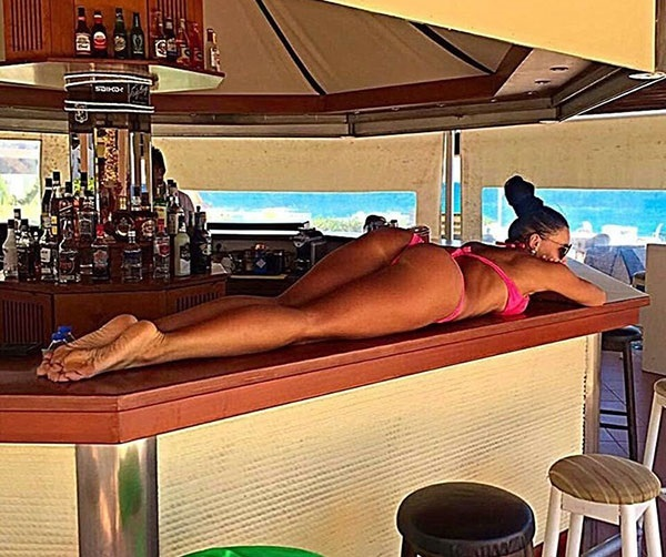 А вот Яна Кащеева не мелочится, она легла сразу на барную стойку… instagram.com/yanachertovka13