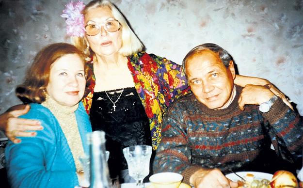 Эльмира (слева) с мужем Владимиром и подругой