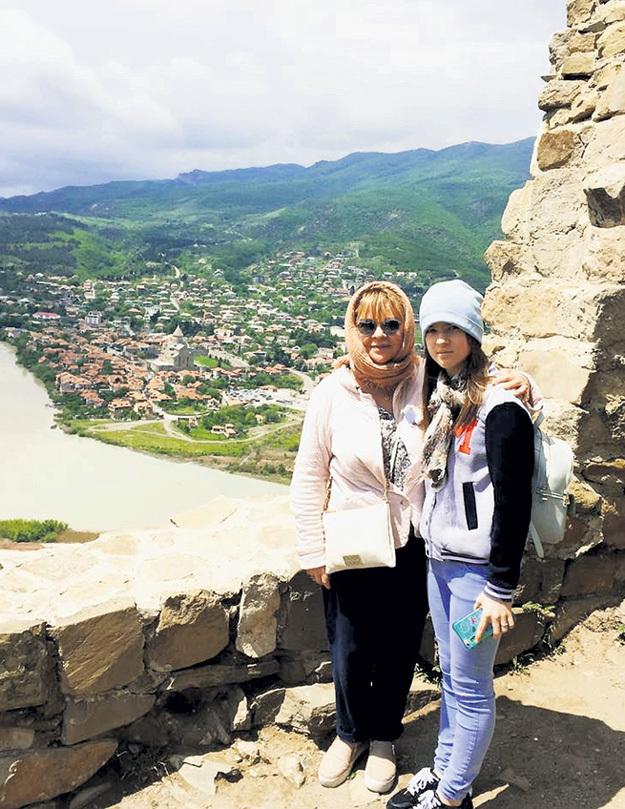 ВАЛЮШКИНА с дочерью Машей в Мцхете (на заднем плане слияние Арагвы и Куры, где стоял монастырь, в котором томился лермонтовский Мцыри)