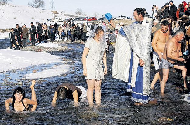 В Киргизии крещение принимают прямо в горных реках