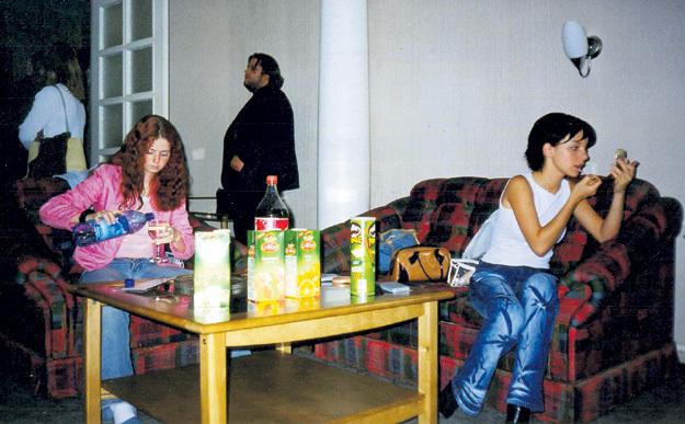 Михаил ФИЛИМОНОВ (на заднем плане) частенько наблюдал за закулисной жизнью «татушек». Фото Александра БОЙКОВА