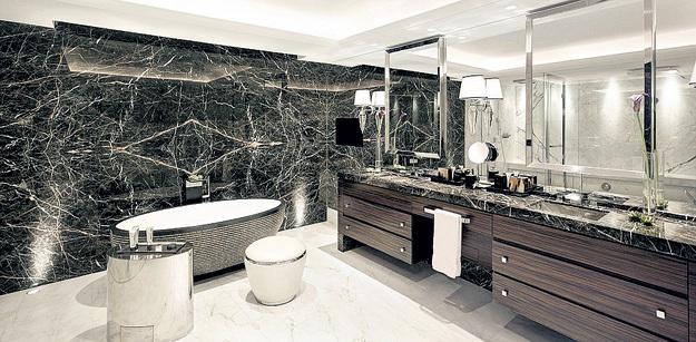 Стены ванной отделаны каррарским мрамором