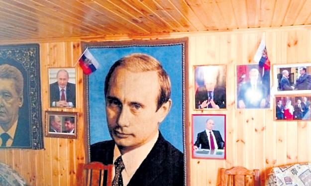 ...где всё увешано портретами российского президента, верят: маленький Путин вырастет достойным человеком. Фото с сайта Bloknot.ru