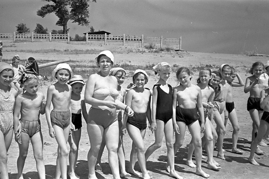Когда смотришь снимки детей времен СССР, часто видишь смешных бесштанных карапузов, голышей, барахтающихся у кромки моря, девочек коротюсеньких платьицах и купальниках без «верха», но во всем этом не было и намека на какой-то сексуальный подтекст. Дети бы