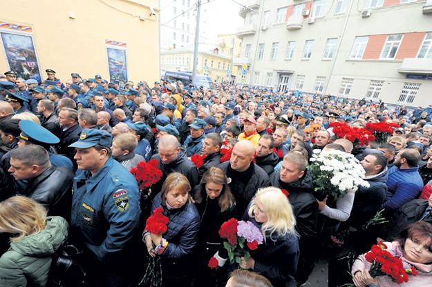 Проститься с героями пришли сотни людей. Фото с сайта moscow.mchs.ru