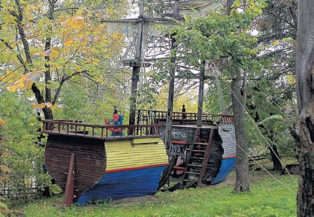 Этот пиратский кораблик на берегу Истры был построен специально для детей звёздного семейства. Фото Руслана ВОРОНОГО