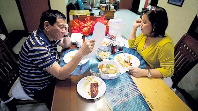 Каратель за ужином с гражданской женой, медсестрой Сьелито АВАНСЕНЬЕЙ, старается не пить. Алкоголь плохо сочетается у него с интимной жизнью