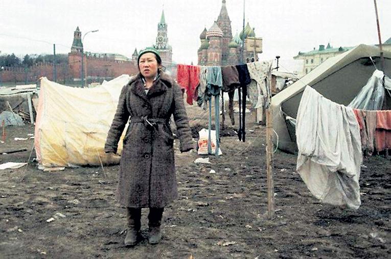 Палаточный городок беженцев из зон среднеазиатских конфликтов 1990 - 1991 годов простоял на Красной площади несколько месяцев. Фото с сайта pastvu.com