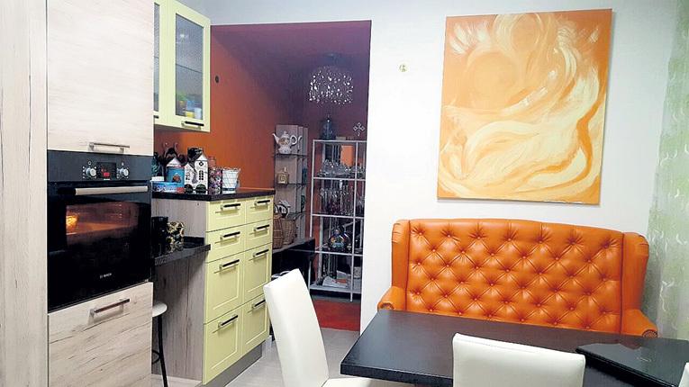 Свои владения - кухню хозяйка обустроила в оранжевых тонах. Теперь у Виктории всегда солнечное настроение