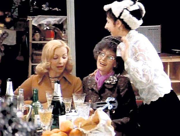В фильме песню «На Тихорецкую состав отправится» залихватски исполняет Надя с подружками. На самом деле её спела Алла ПУГАЧЁВА