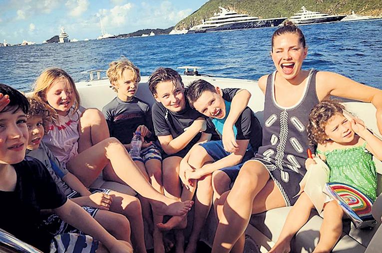 Даша ЖУКОВА на правах хозяйки присматривала за друзьями дочки Леи (справа) и сына Аарона (третий слева). Фото: Instagram.com