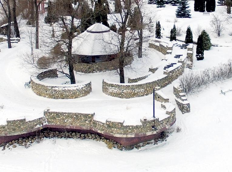 По весне КИРКОРОВ планирует растянуть шатры и отметить тут новоселье и юбилей