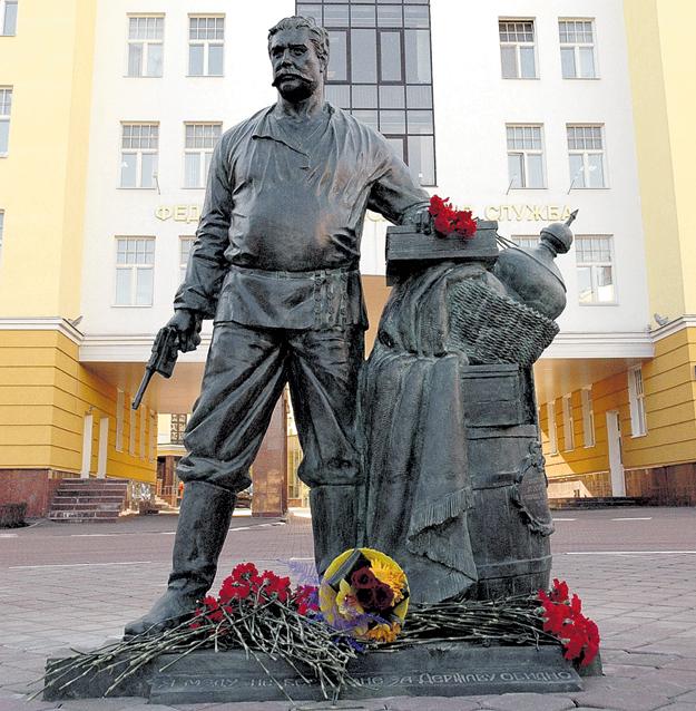 Памятник Верещагину у здания Федеральной таможенной службы. Фото пресс-службы ФТС России